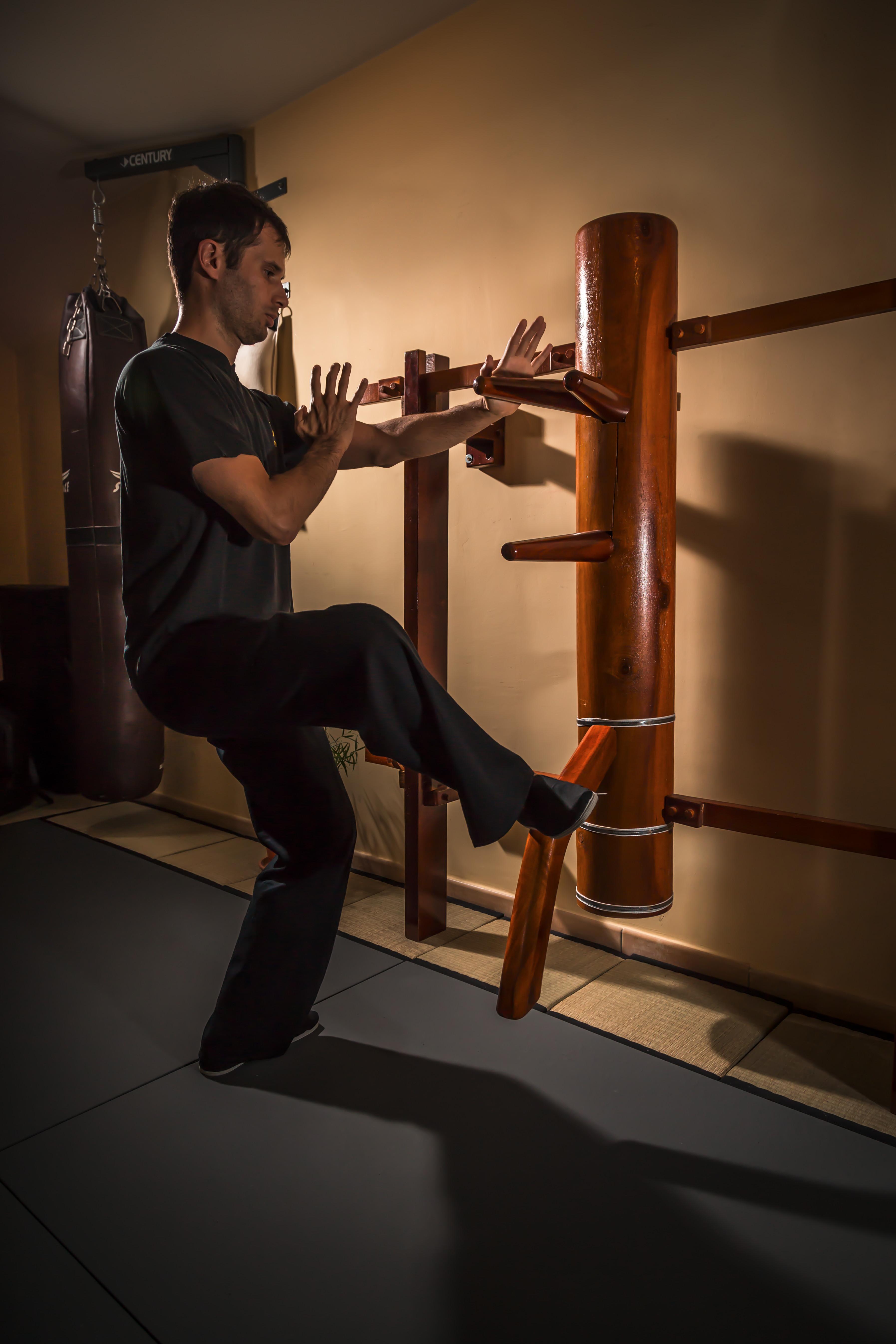 Le maître s'exerçant avec le mannequin de bois